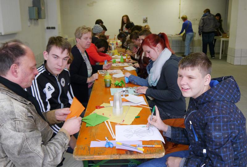 Kinder der Lebenshilfe Friedberg basteln im Haus der Begegnung.